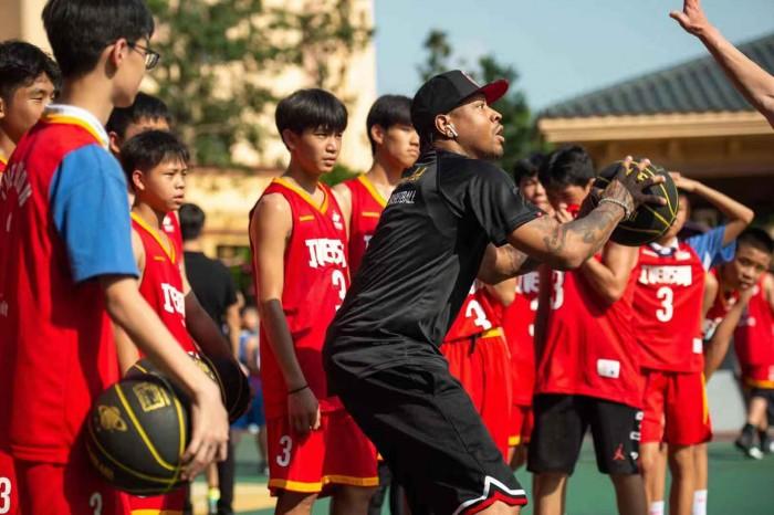 篮球巨星艾弗森走进华师初中,现场教学激励学子触摸国际星未来