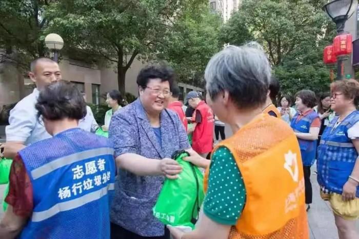 光明乳业积极参加高温慰问志愿者活动
