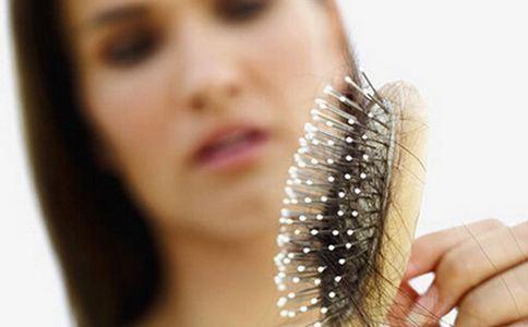 昆明女子入秋狂掉发 毛发移植专家建议:脱发严重应及时就医!