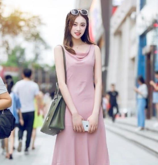 面带微笑的美女,一条粉色的连衣裙,时尚唯美好身材