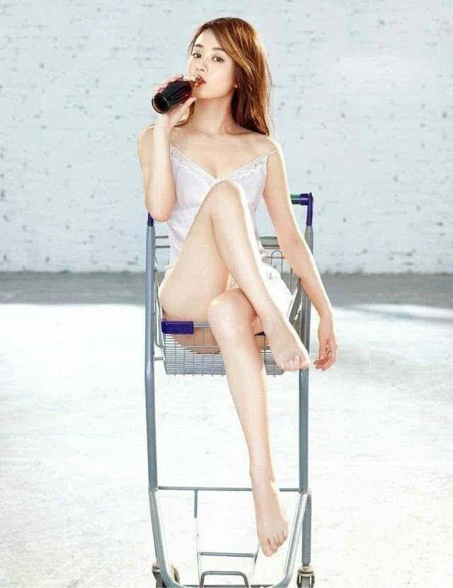 32岁赵丽颖产子复出后,一改往日小女人妆容,大胆尝试性感热辣风,网友赞