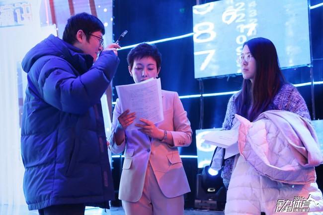 北体传媒总编辑赵琳琳(中)与晚会总导演吴闻博(左一)在彩排现场