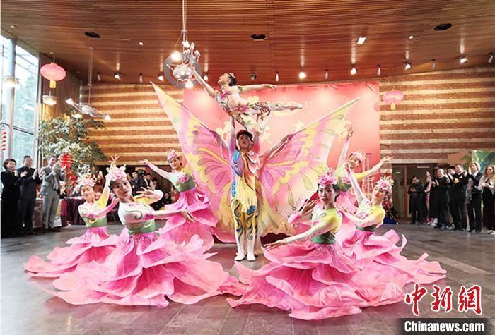 图为杂技演员通过精湛的技艺赢得了满堂喝彩。 甘肃省文化和旅游厅网站 摄