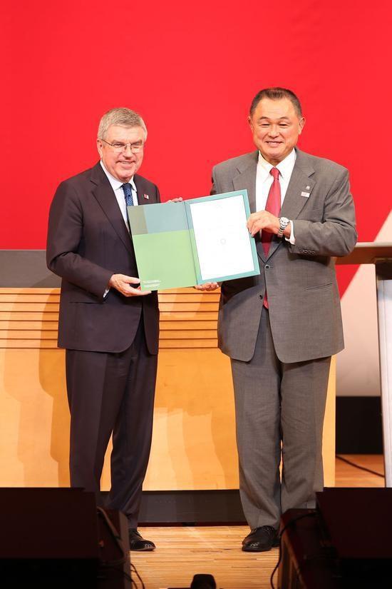山下泰裕与国际奥委会主席巴赫(左)合影