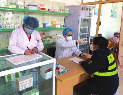 徐大志和妻子雷艳在卫生室忙碌