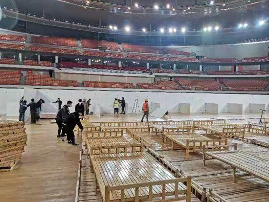 正在建设中的武汉体育中心方舱医院 龙微摄