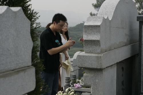 古力带着冠军奖状返回老家重庆祭奠父亲