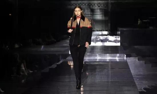 超级名模吉吉·哈迪德(Gigi Hadid)为Burberry走秀