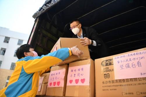 @援助武漢的湘雅二院醫護人員:湖南米粉請簽收