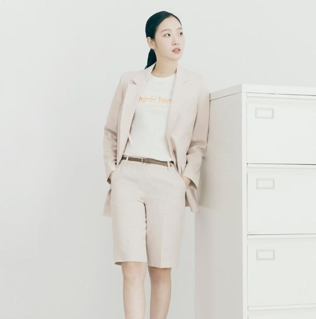 金高银完美示范职场穿搭!低饱和色西装,内搭素净T恤或衬衫