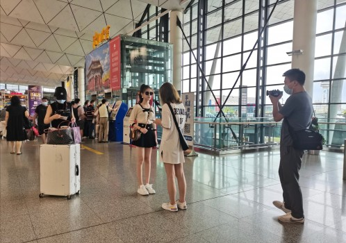 """""""氧气女神""""王衣田在机场接受采访"""