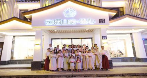 """七夕节在张家界武陵源街头出现一群汉服美女引大批游客围观,让人仿佛""""穿越""""!"""