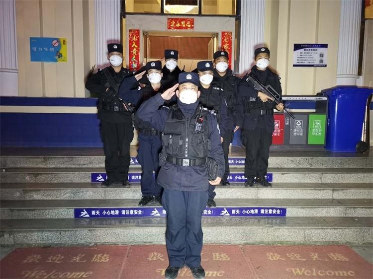 2020年1月25日,曲靖市公安局麒麟分局文华派出所民警们坚守岗位,抗击疫情.jpg