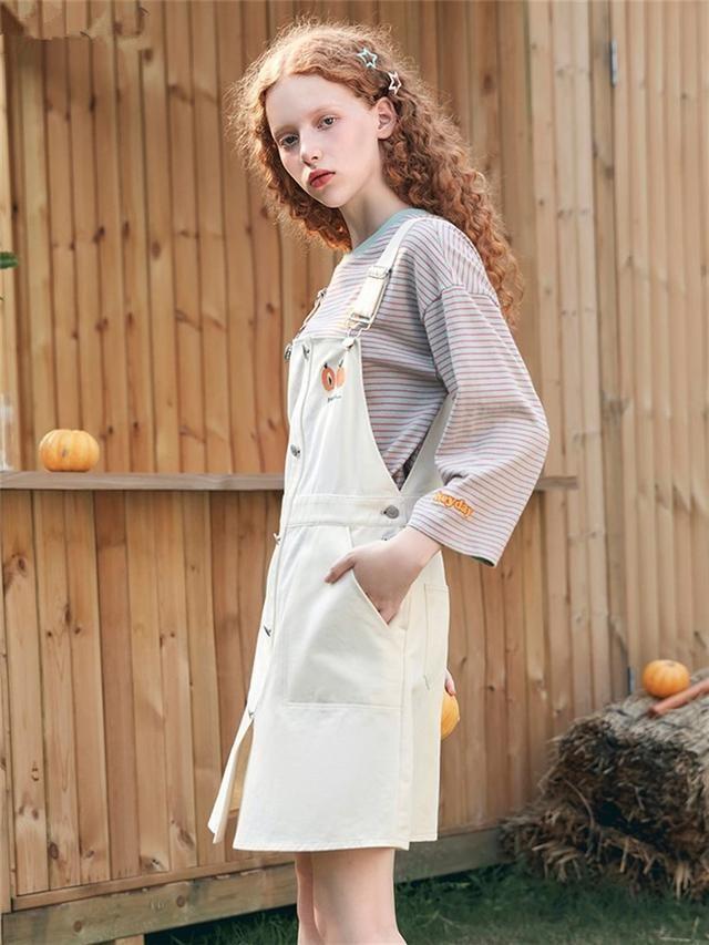 简单时尚的初秋穿搭,选一条漂亮连衣裙,造型优雅又好看