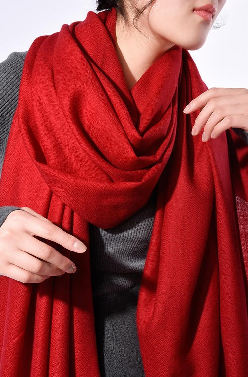 尊重物料的原始之美,会然品质围巾饰品展示不同时尚风采