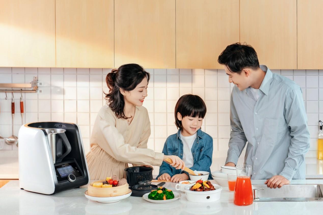 图片包含 人, 室内, 厨房, 食物  描述已自动生成