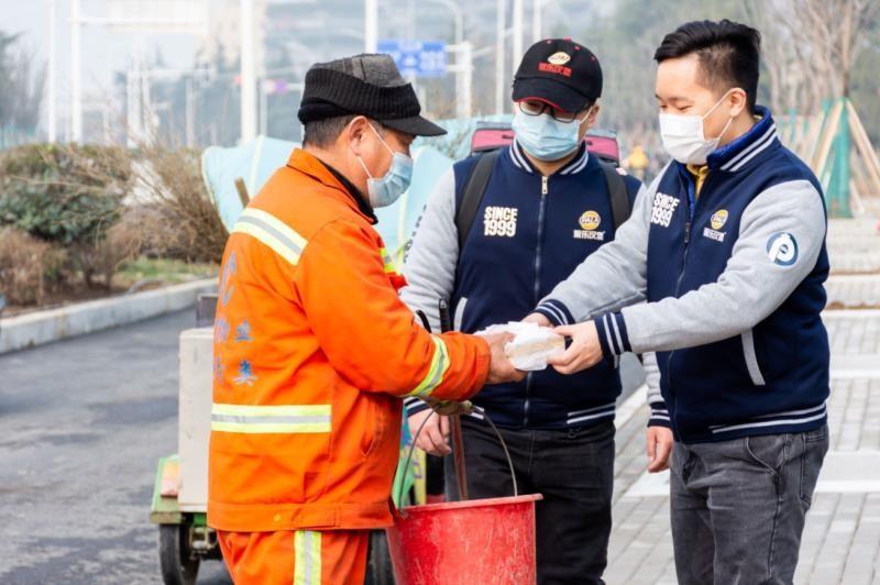 武汉环卫工收到暖心礼物 爱心企业给环卫工加鸡腿