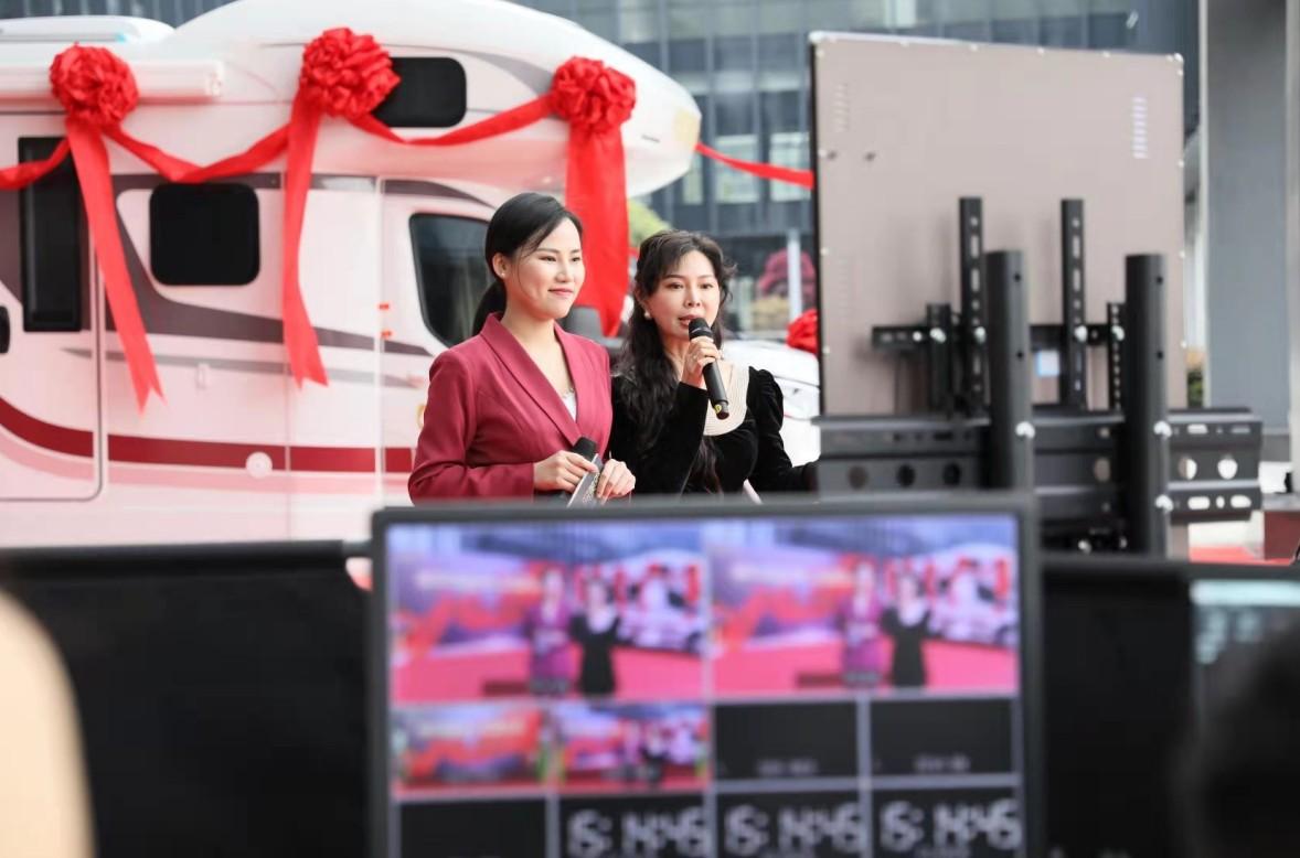 """全球首台5G网红直播车""""阿美雅""""全国巡回探店之旅开启"""