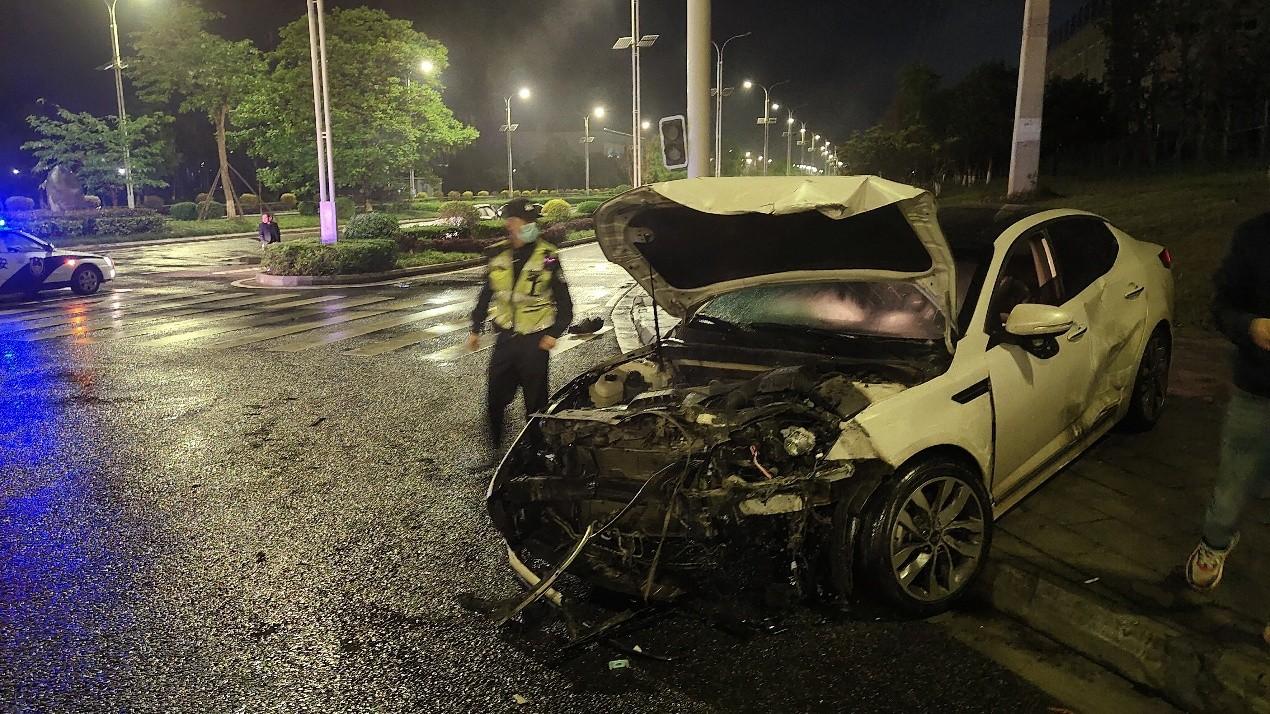 路遇严重车祸现场,特巡警紧急救援为生命争取时间