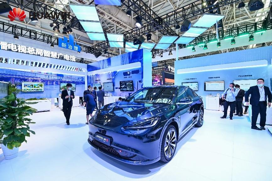 """首款华为""""HI""""标智能汽车极狐阿尔法S,重磅亮相数字中国峰会"""