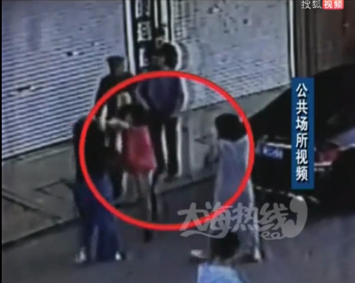 辽宁东港市民乱停车引冲突 受伤谁之过?