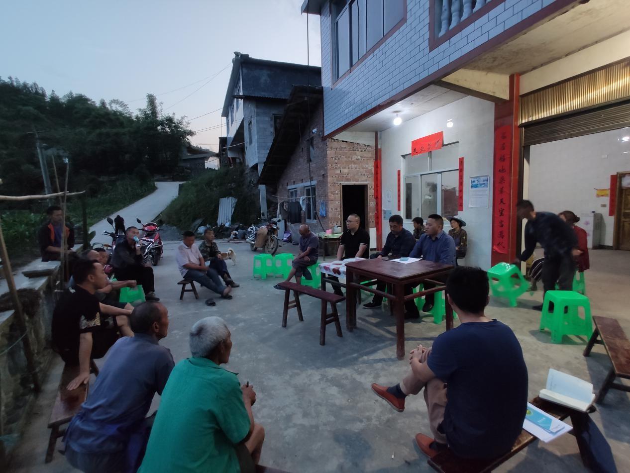 团林苗族乡领导班子:院坝会里听民声,群众堆里解难题