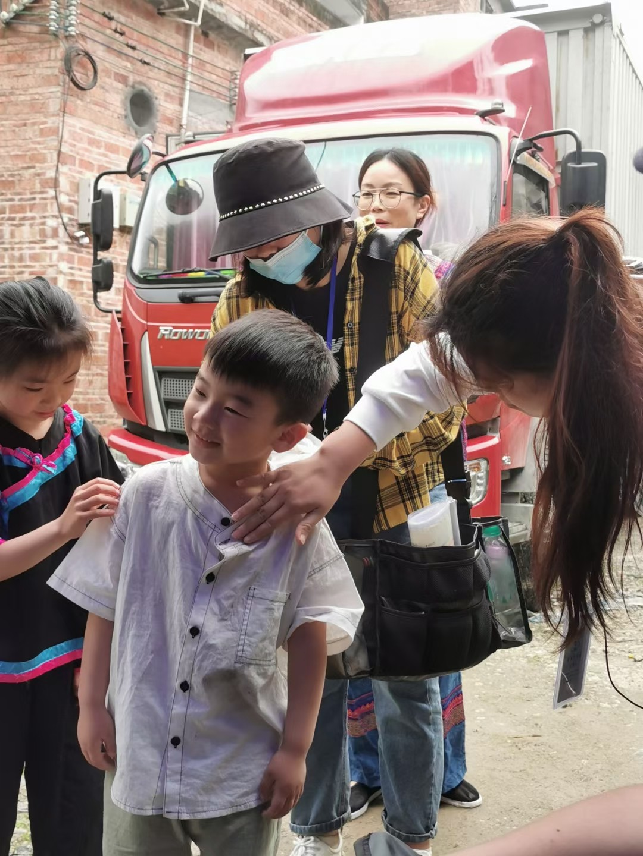 童星闪耀照未来——电影《幸福的花竹帽》里的小毛南