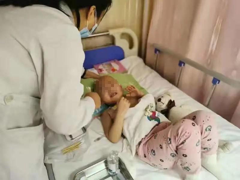 4岁女儿被白血病折腾,家庭幸福被耗光,父母无奈在水滴筹求助