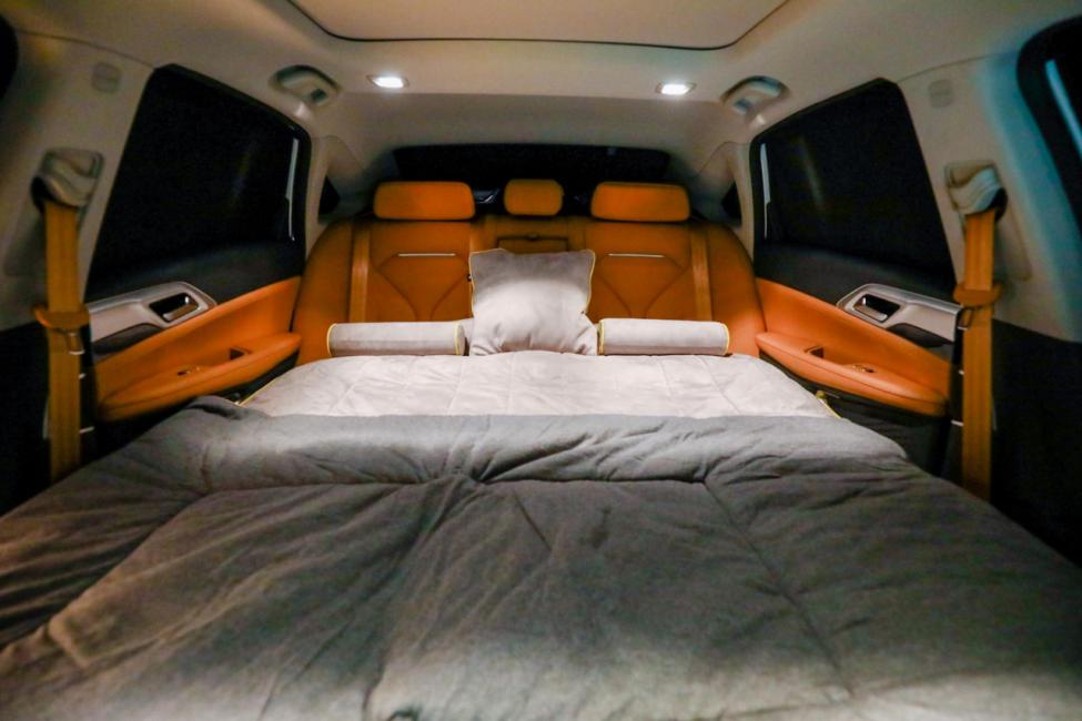 小鹏P5车内气垫床