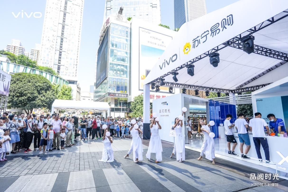 空降重庆观音桥 vivo X70系列首销路演火爆山城
