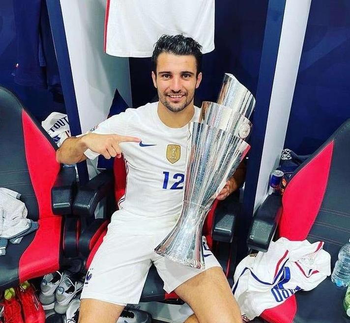 里昂队长登场欧国联决赛 BOBsports体育贺法国队夺得冠军奖杯